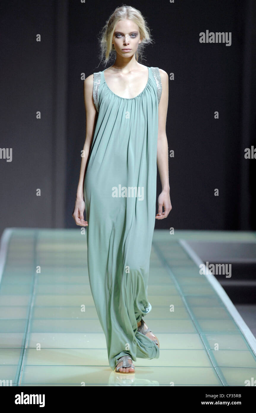 Alberta Ferretti Milano pronto a indossare Primavera Estate modello russo  Polina Kouklina indossando pianura verde Immagini 9e2a8832107