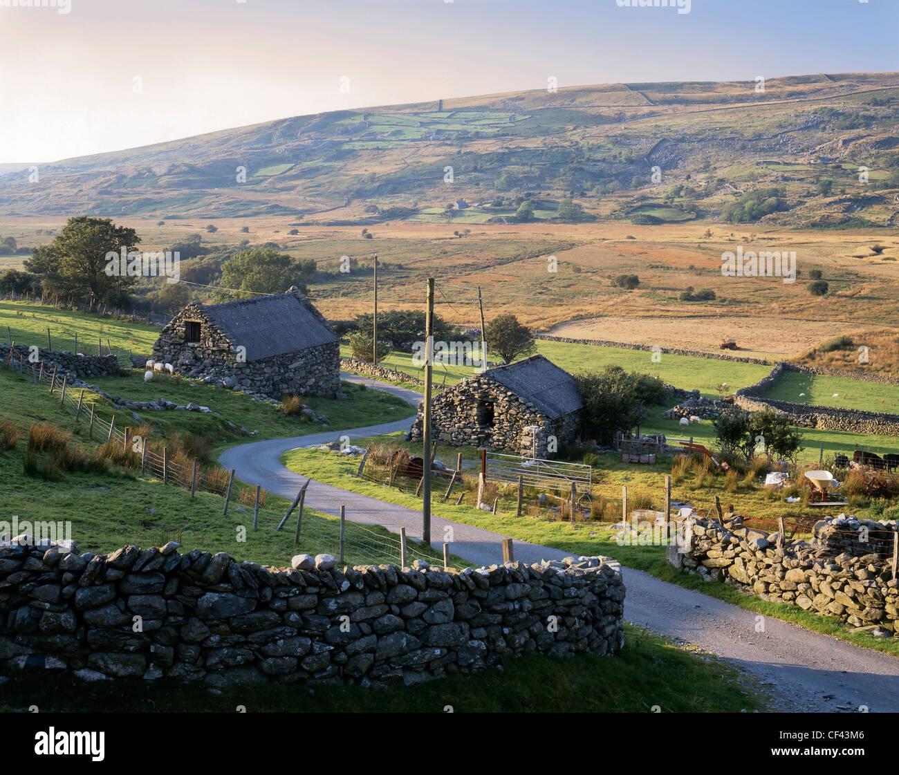 Vista di edifici di fattoria in pietra in una parte remota del sud Snowdonia. Immagini Stock