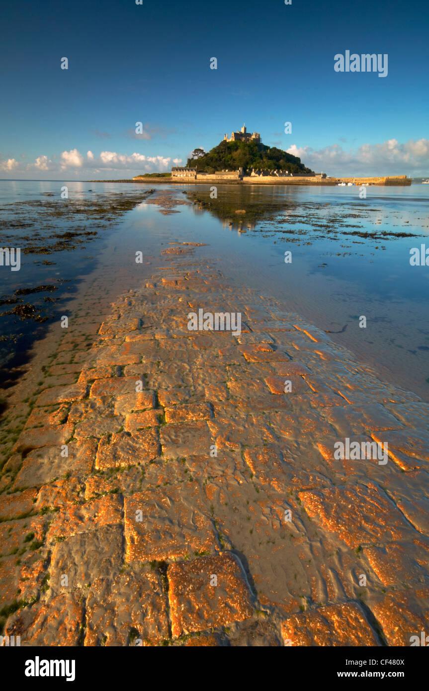 Alba sopra il vecchio selciato in pietra che conduce a St. Michaels Mount off il Cornish Coast. Immagini Stock