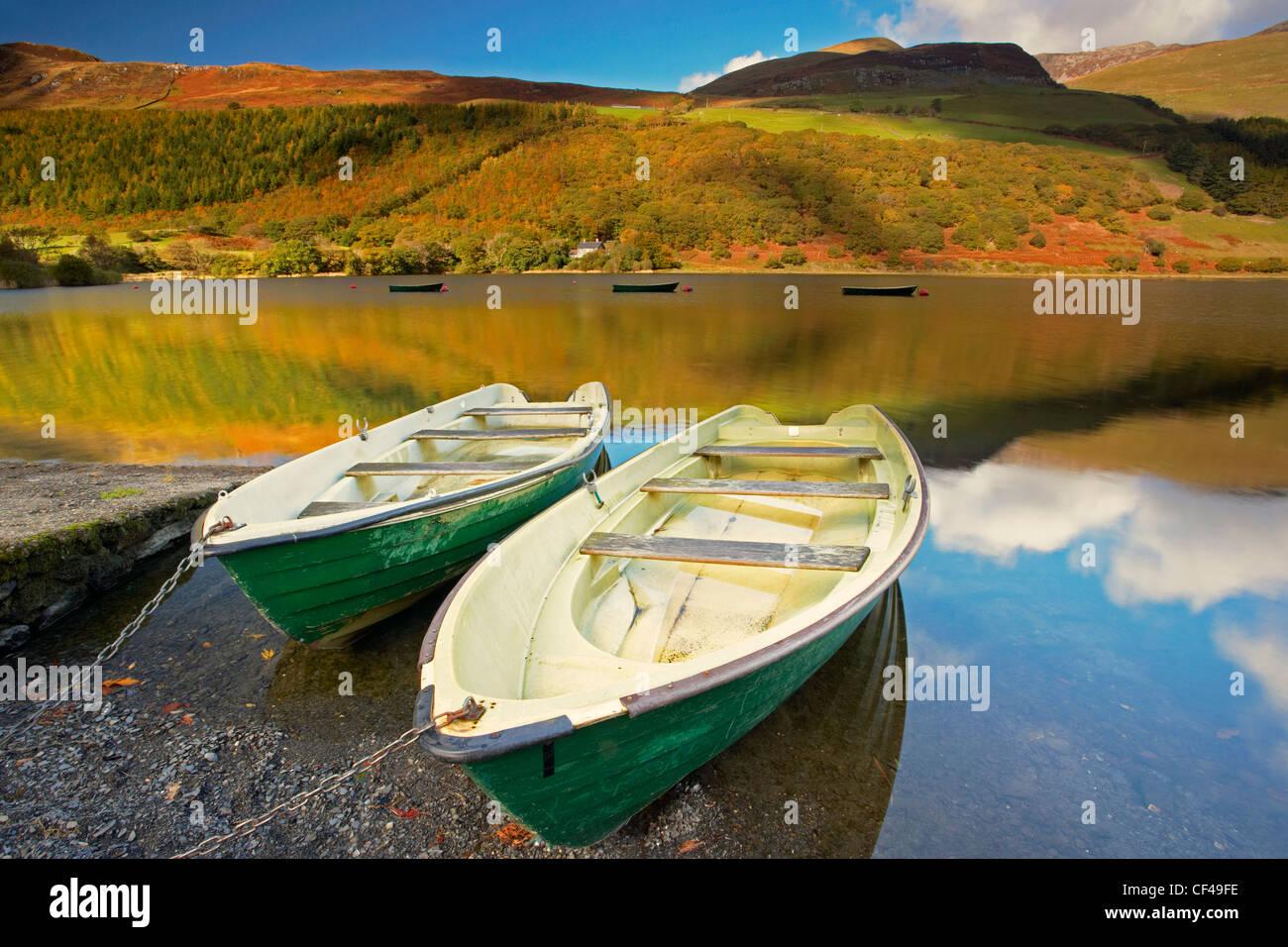 Barche da pesca in tal Y Llyn lake in Snowdonia. Foto Stock