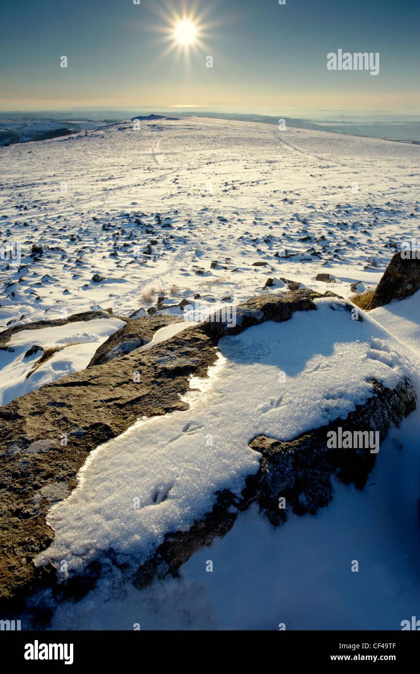 Inverno sunburst oltre il picco di Sharpitor con vedute di cuoio Tor, Sheepstor e serbatoio Burrator su Dartmoor. Immagini Stock