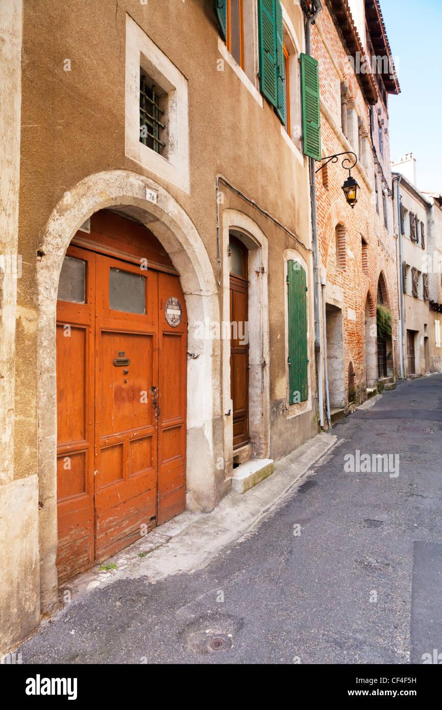Vecchie porte in una strada laterale nel quartiere vecchio di Cahors, Midi-Pirenei, Francia. Immagini Stock