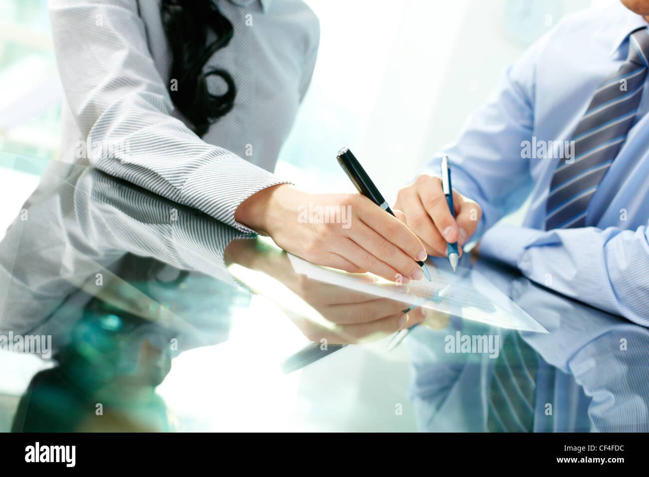 Inclinare verso l'alto dei due partner commerciali la firma di un contratto e la chiusura della trattativa Immagini Stock