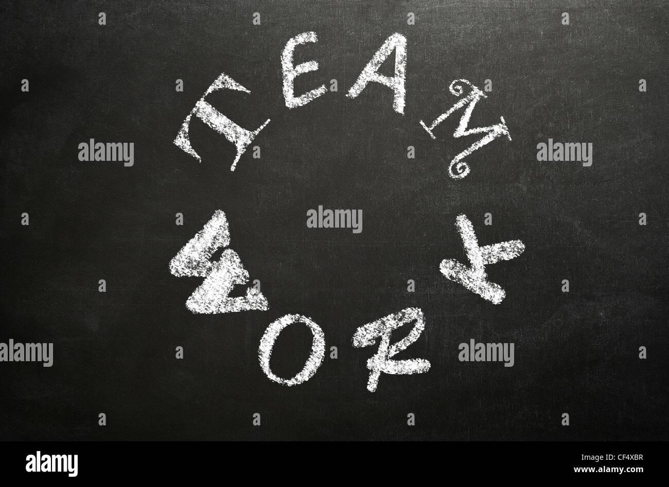 """La parola """"gioco di squadra"""" scritto in un cerchio in diversi font su una lavagna a fogli mobili in bianco Immagini Stock"""