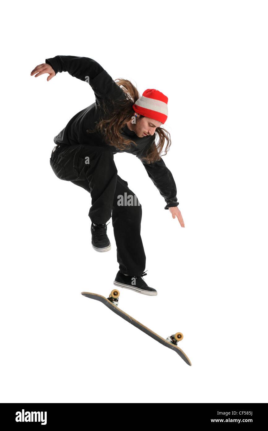Guidatore di skateboard facendo un trucco isolato su uno sfondo bianco Immagini Stock