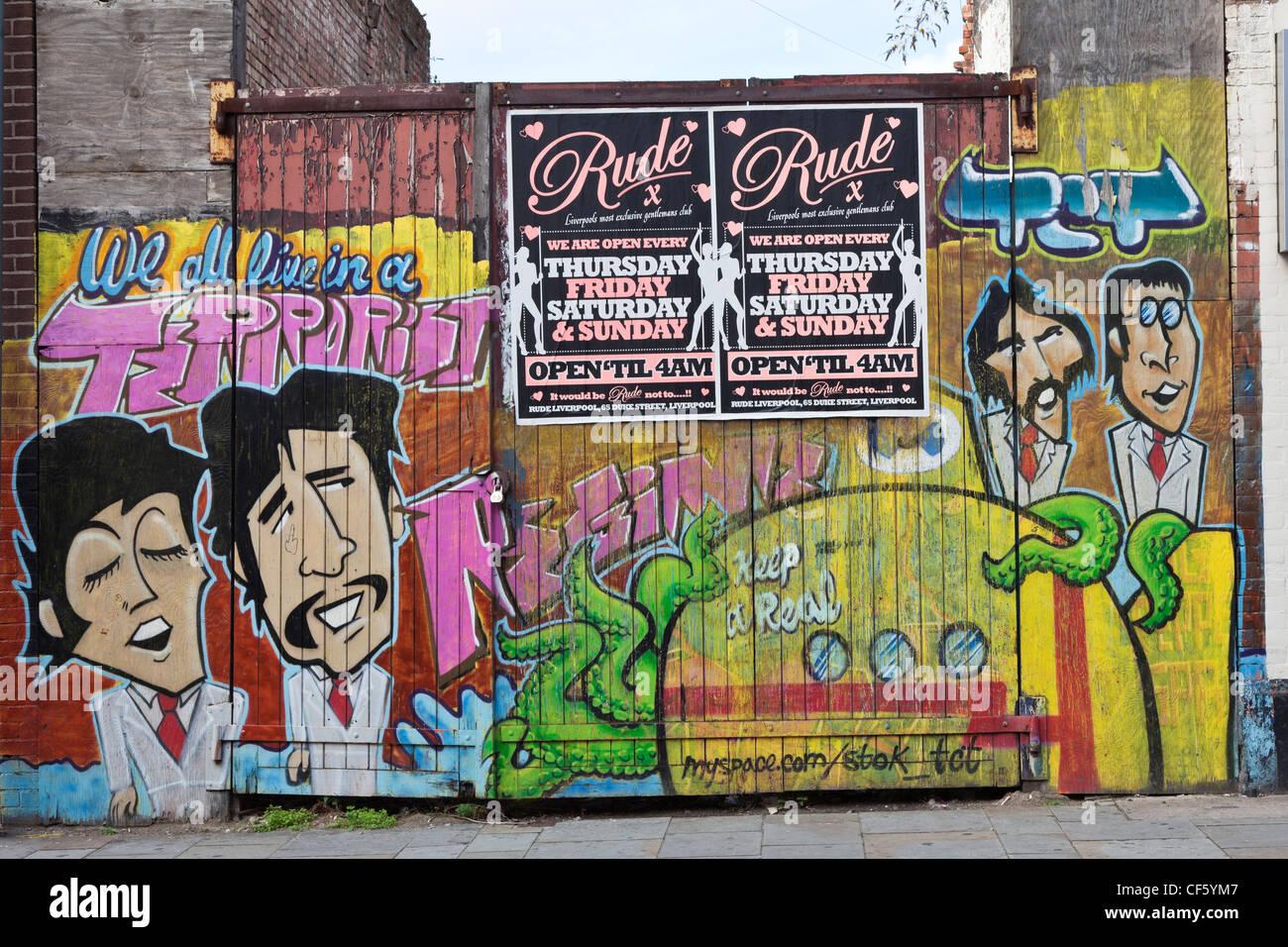 Grafitti spruzzato attraverso un cancello con i Beatles. Immagini Stock