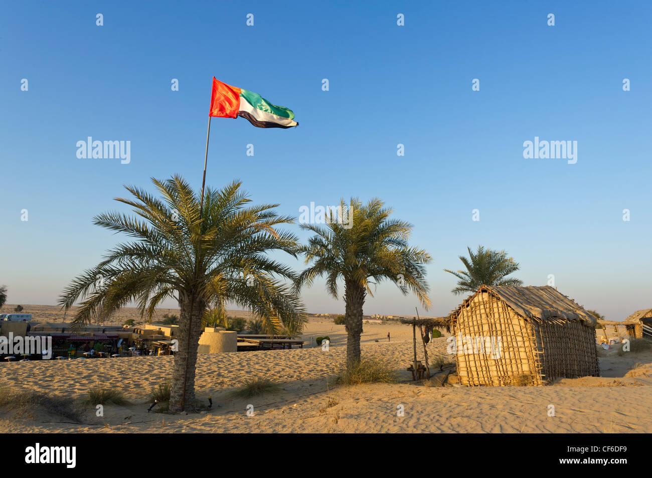 DUBAI desert bandiera oasi di palme oase pomeriggio di sole tramonto orizzonte luce rossa sabbia Sabbie rosso blu Immagini Stock