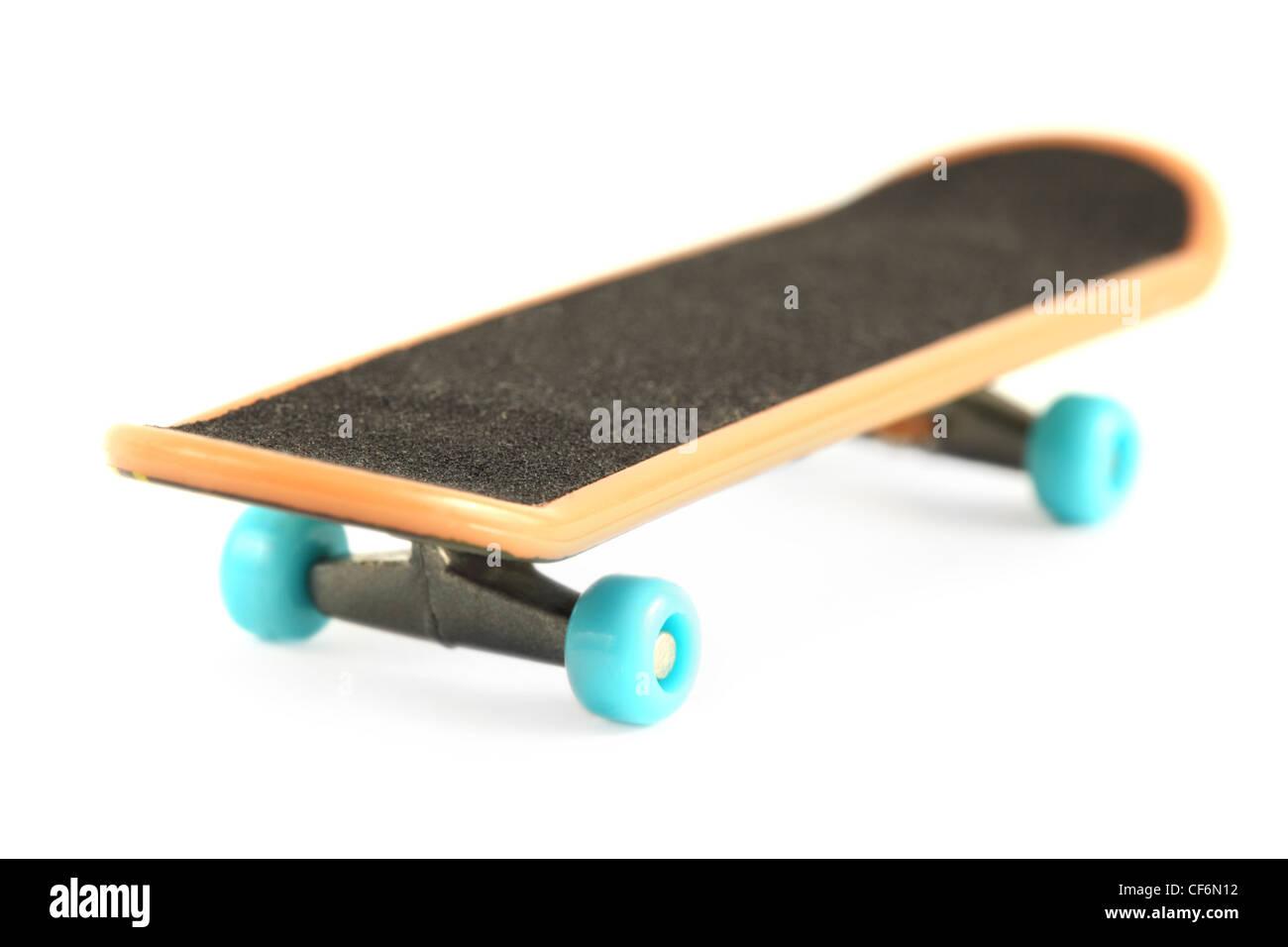 Skateboard nero con bordo giallo e blu ruota isolato su bianco Immagini Stock