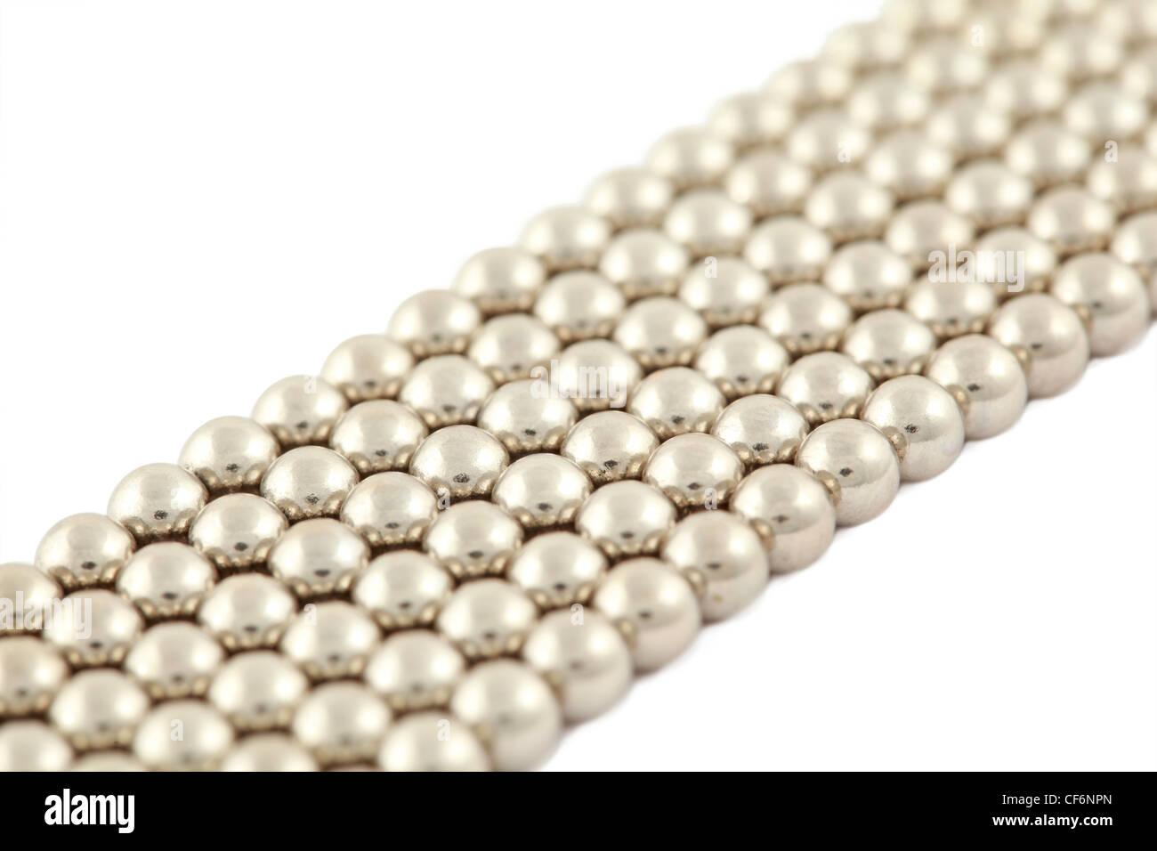 Bar che risiede la polarizzazione costituiti da perle argenteo su sfondo bianco Foto Stock