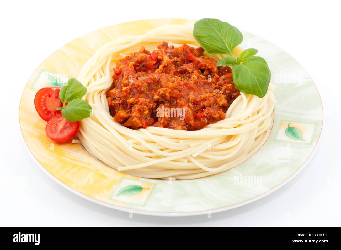 La pasta con la salsa di pomodoro e basilico fresco Immagini Stock