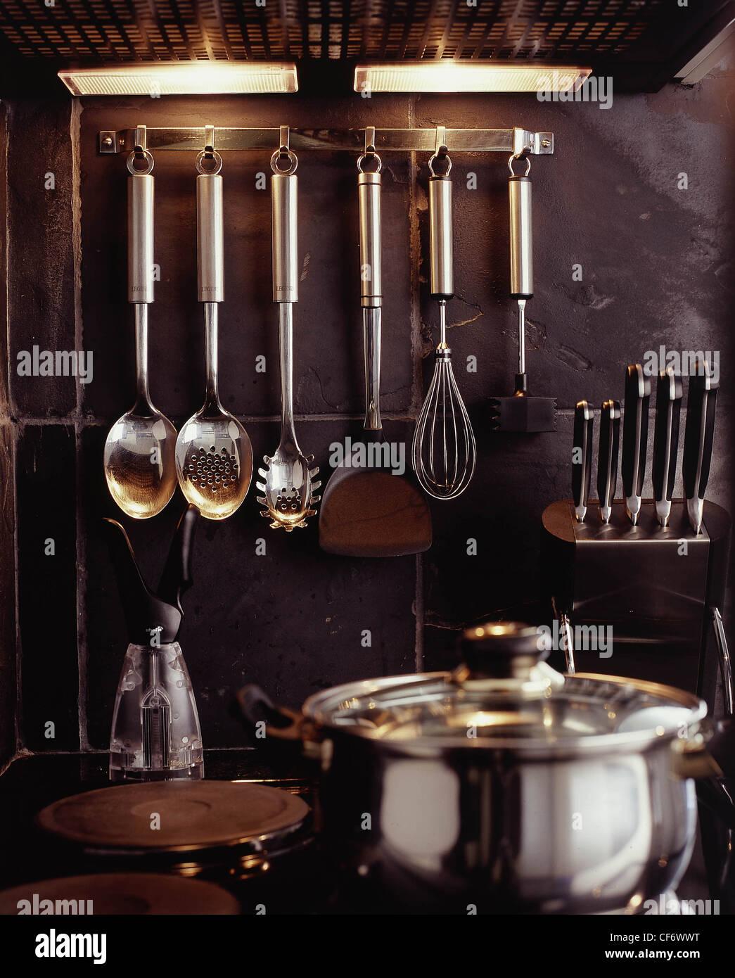 B tre diversi stili di cucina rastrelliera utensili da cucina in ...