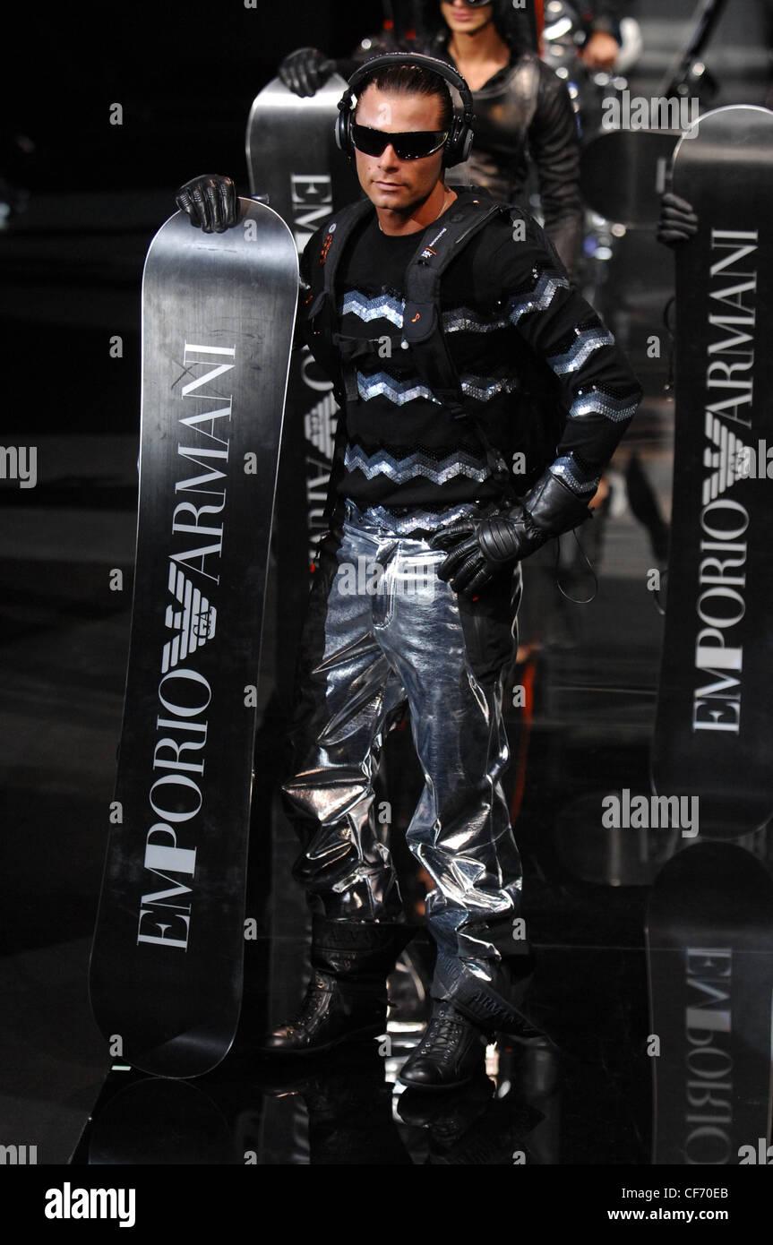 Milano Emporio Armani Menswear pronto a indossare futuristico metallico   modello slicked indietro i capelli scuri 76f539d3fd56