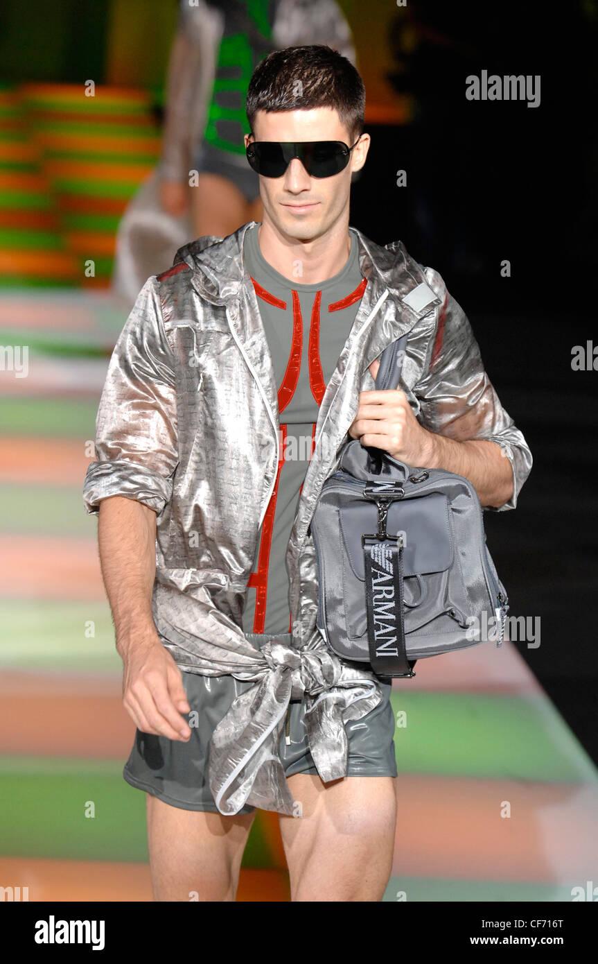 Emporio Armani Milano Menswear pronto a indossare Primavera Estate modello  indossando occhiali da sole grandi grigio 1397652bec2e