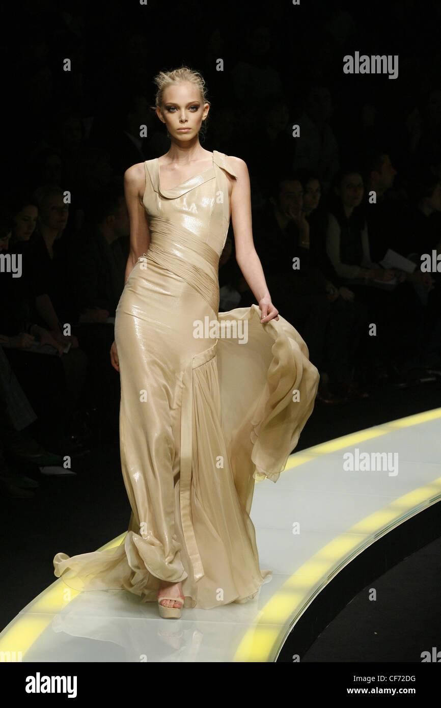 the latest b4eea 1bb34 Versace Milano pronto a indossare in autunno e inverno ...