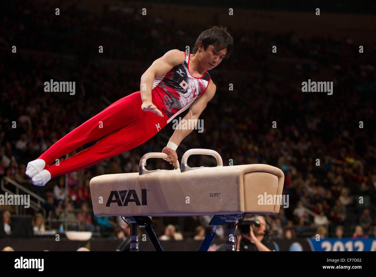 Ryuzo Sejima (JPN) compete nel cavallo evento al 2012 American Cup ginnastica Immagini Stock