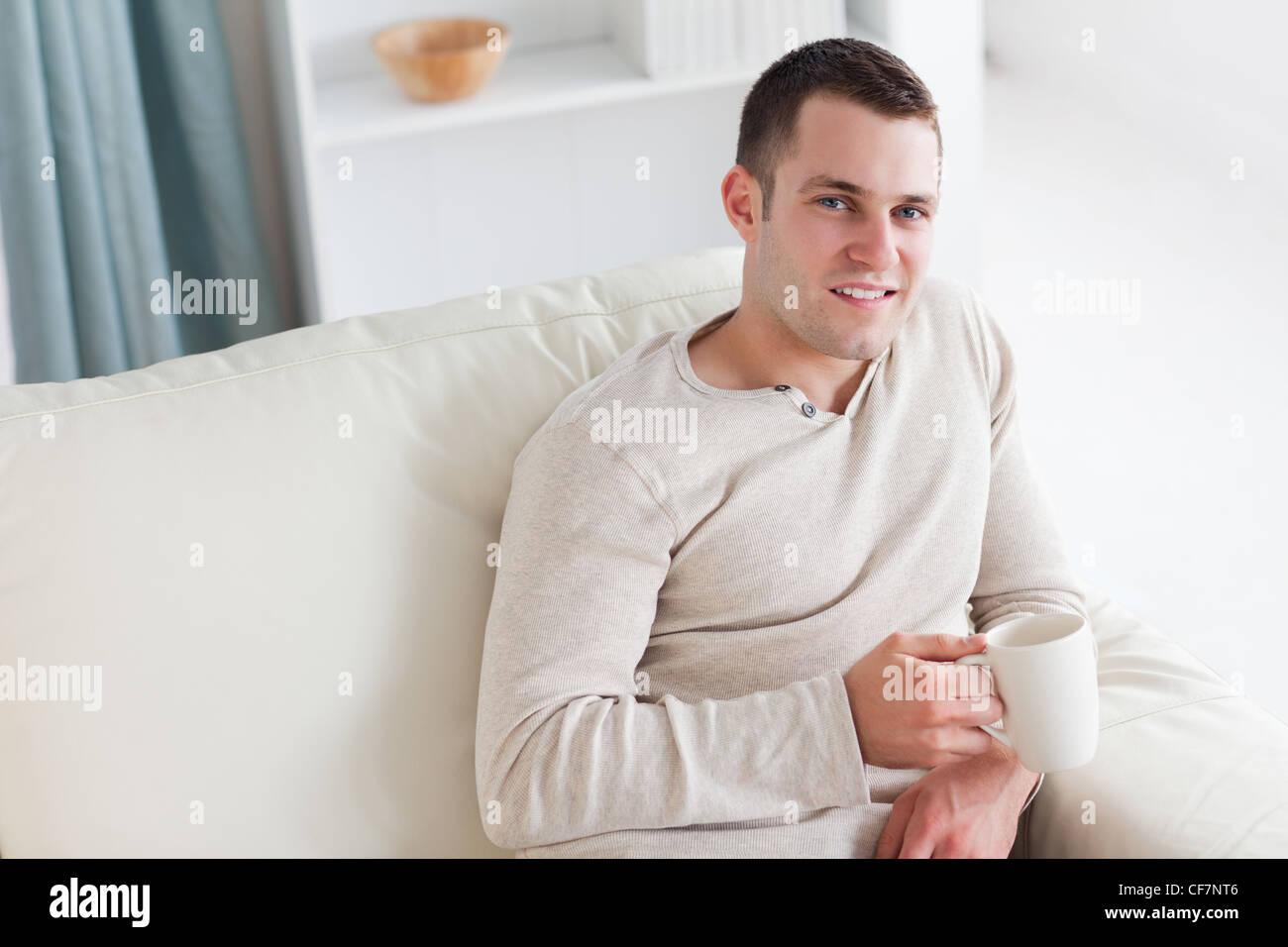 Attraente giovane uomo avente un caffè Immagini Stock