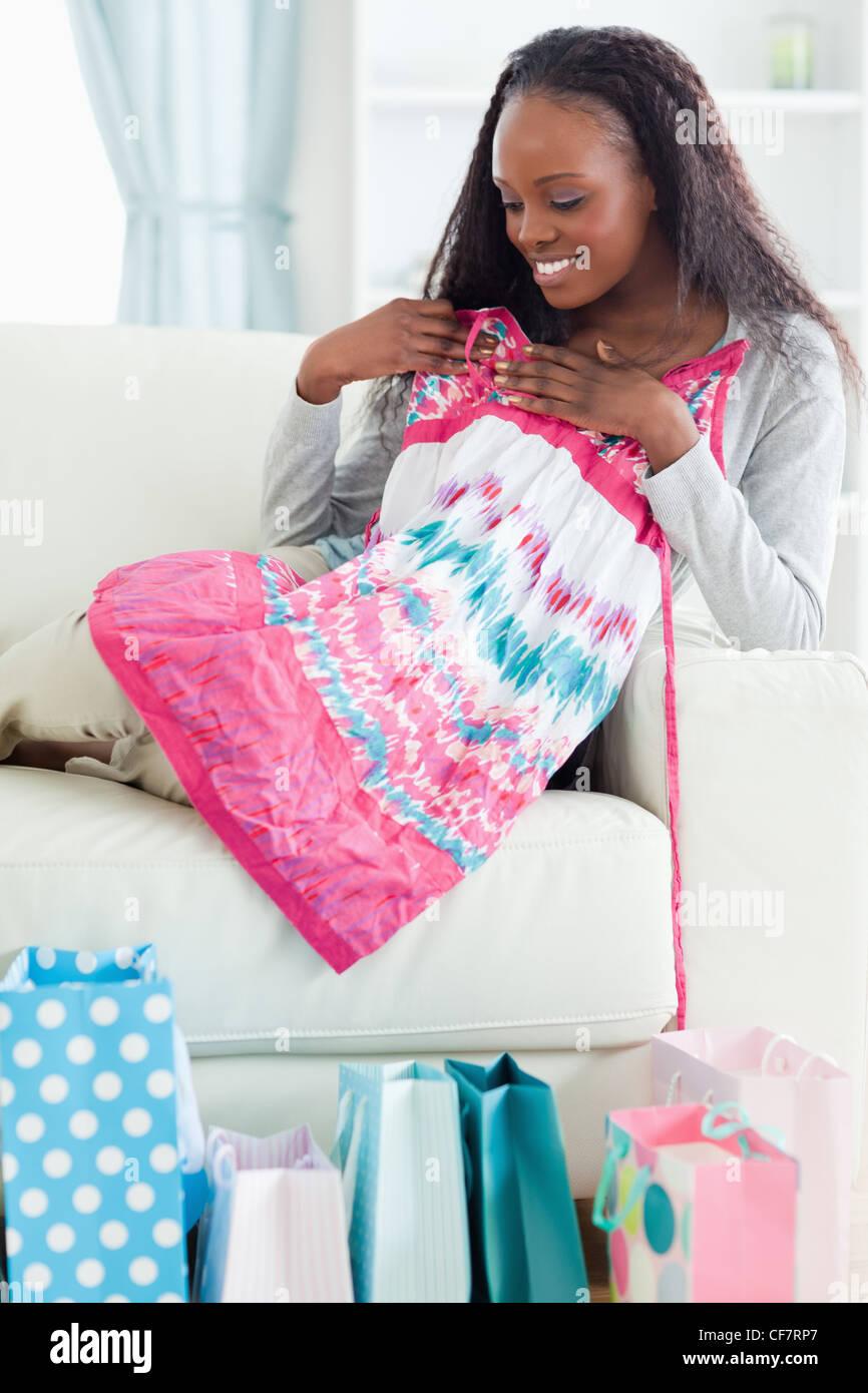 Close up della donna con il suo shopping sul divano Immagini Stock