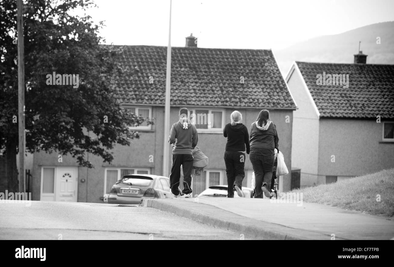 I genitori singoli e disoccupati giovani disoccupati a vagare per le strade di Merthyr Tydfil Gurnos del consiglio Immagini Stock