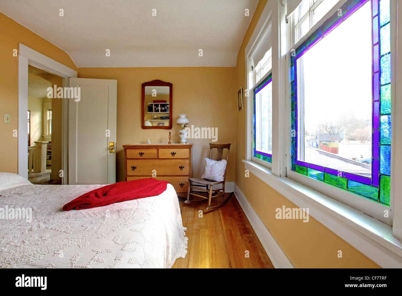 Inglese vecchia camera da letto con pareti di colore giallo e bianco