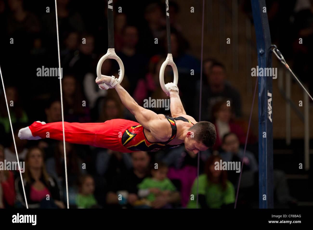 Marcel Nguyen (GER) compete in anelli ancora evento al 2012 American Cup ginnastica Immagini Stock
