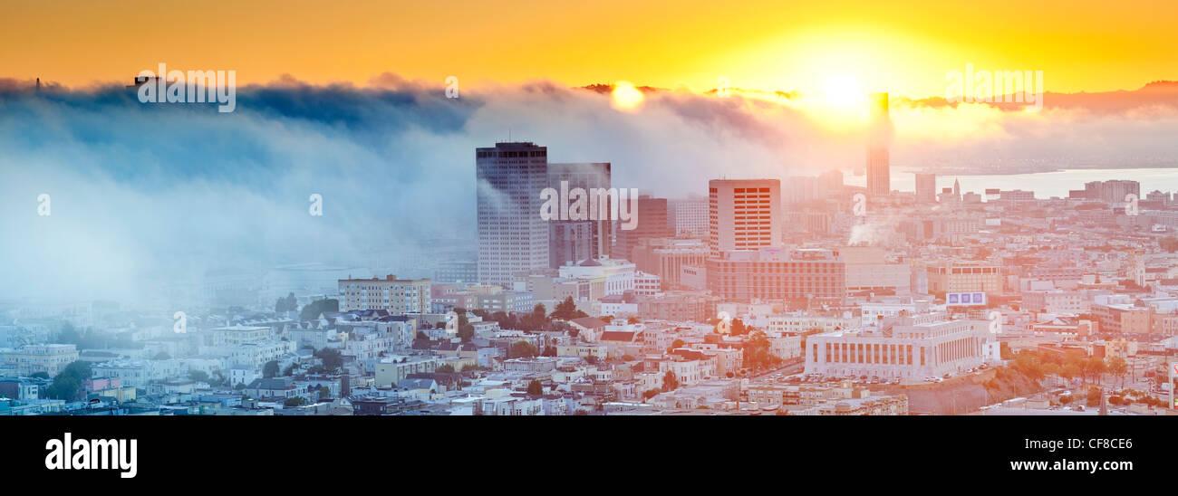I foggy skyline di San Francisco, California, Stati Uniti d'America Foto Stock