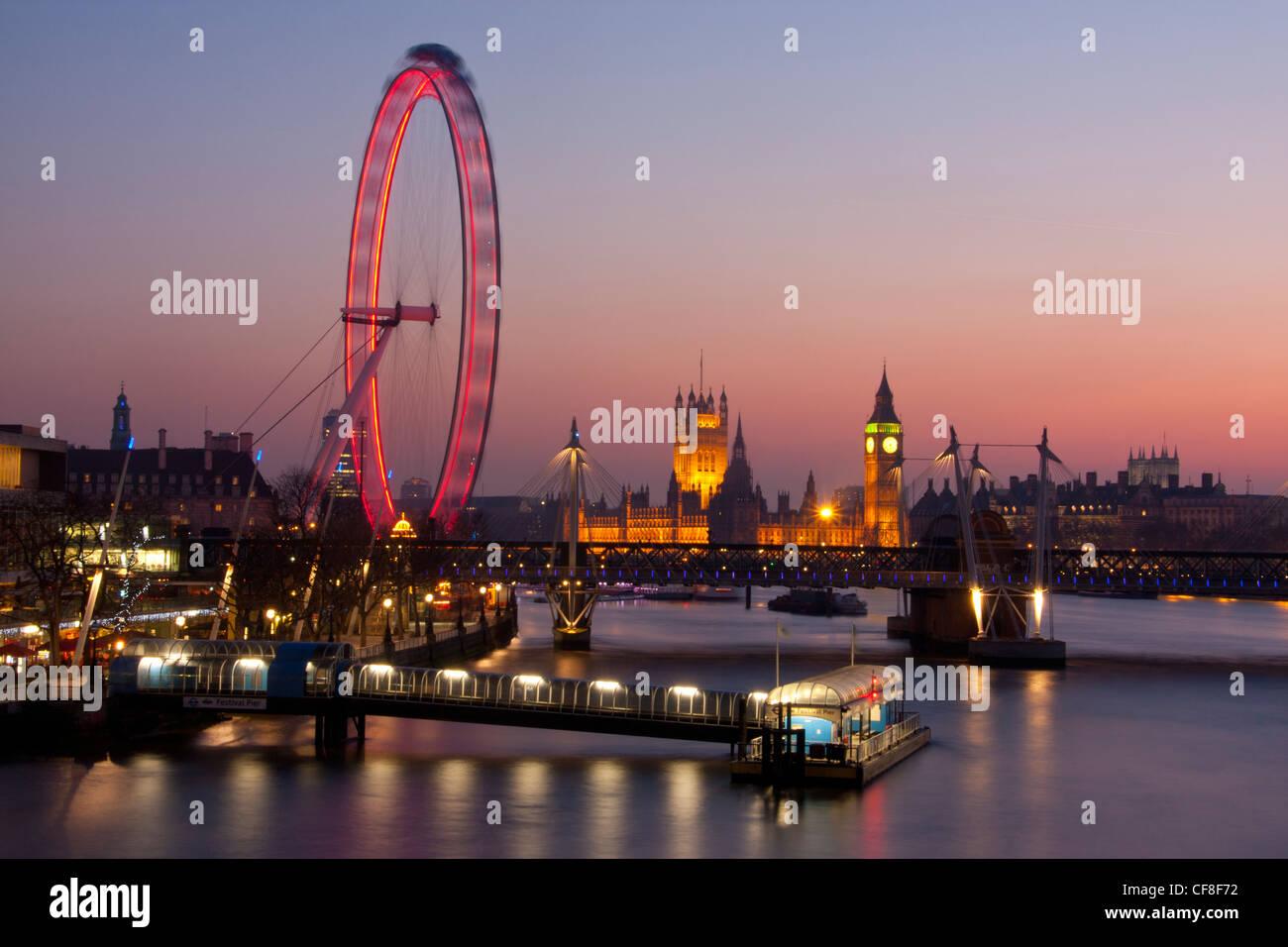 Big Ben Clock Tower di Case del Parlamento e Millennium Wheel o il London Eye al crepuscolo Londra Inghilterra REGNO Immagini Stock