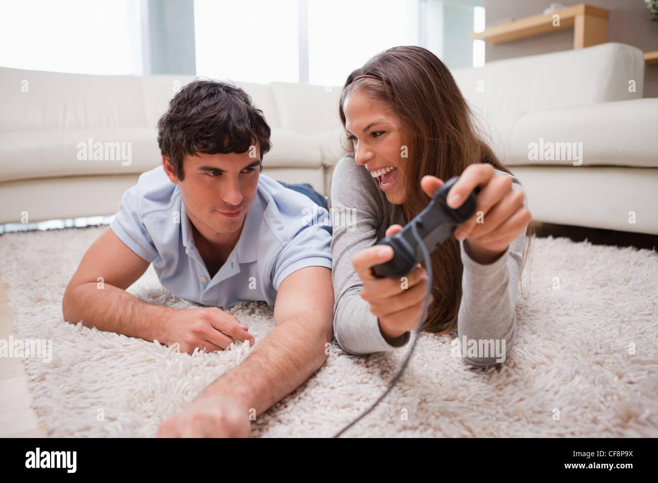 La donna appena sconfitto il suo ragazzo in un video gioco Immagini Stock