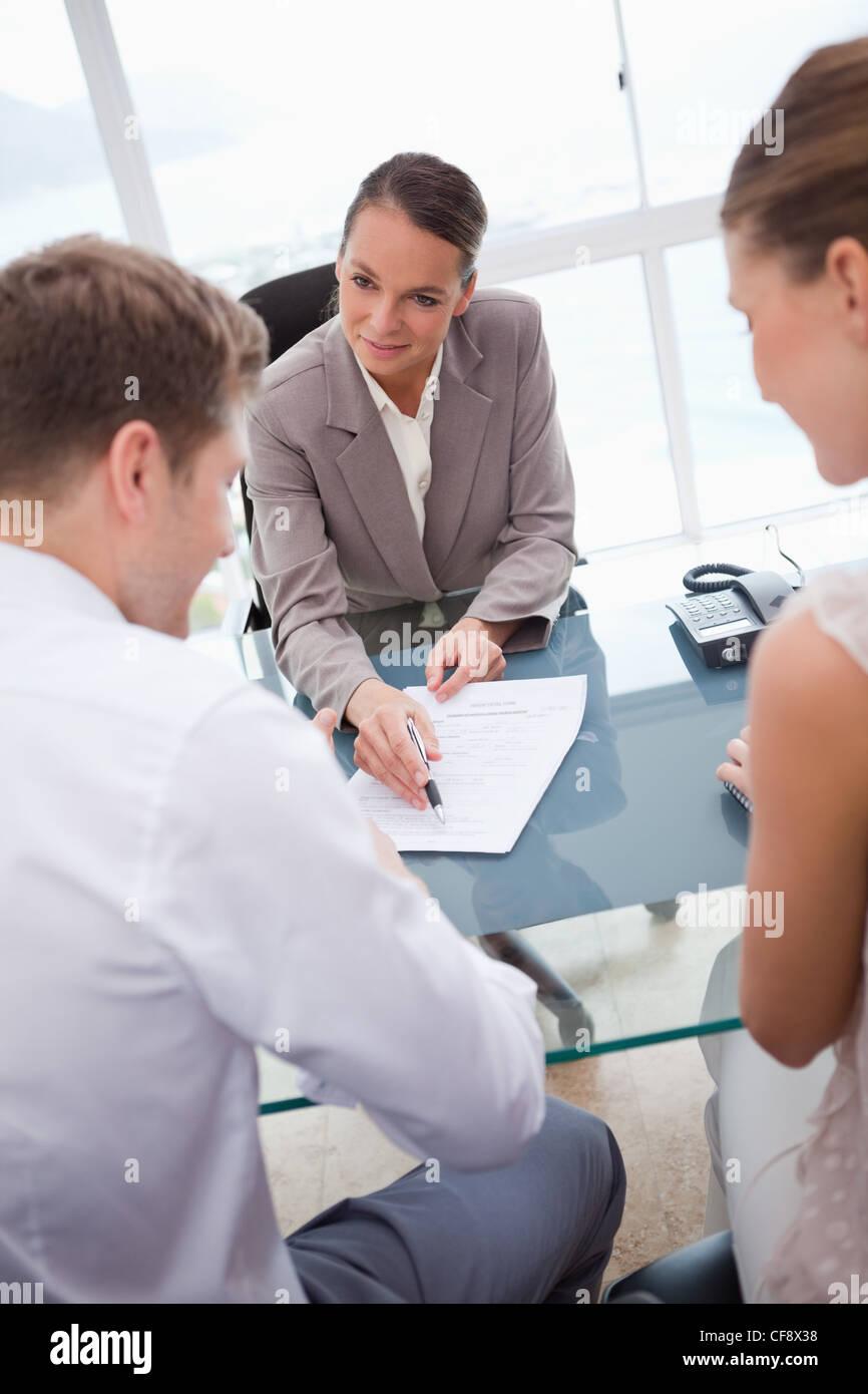 Imprenditrice facendo un'offerta Immagini Stock