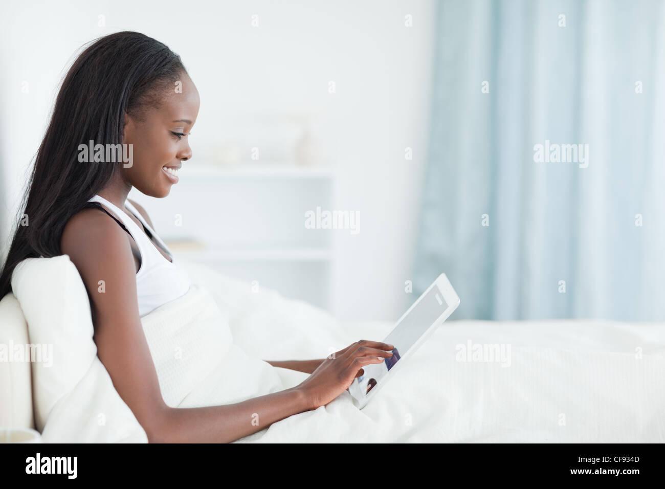 Donna Gorgeous utilizzando un computer tablet Immagini Stock
