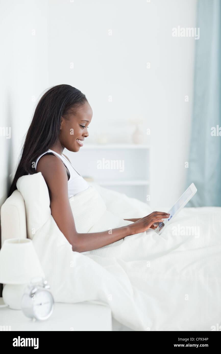 Ritratto di una donna gorgeous utilizzando un computer tablet Immagini Stock