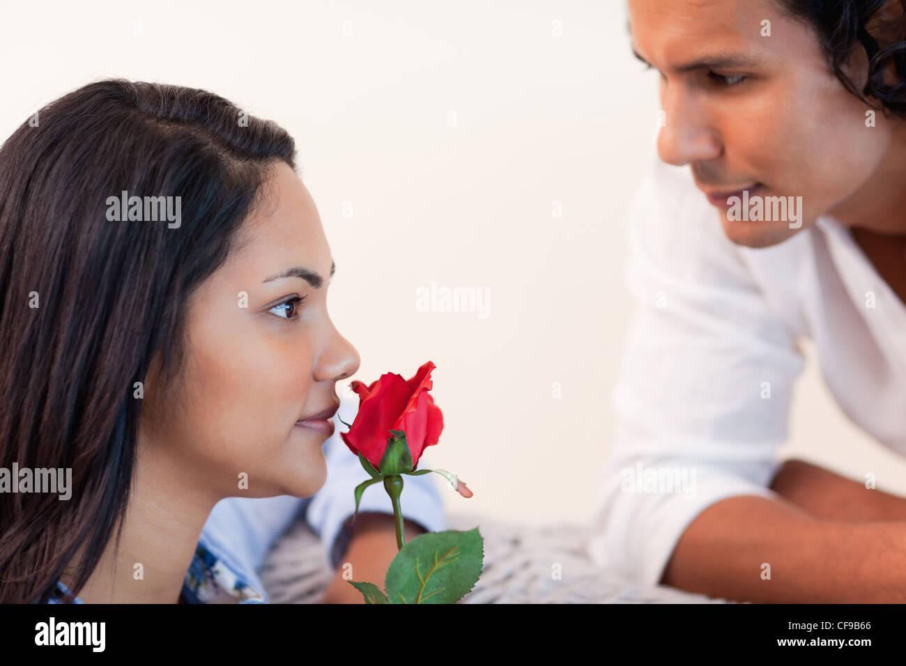 Voce maschile ha appena concluso la sua ragazza una rosa Immagini Stock