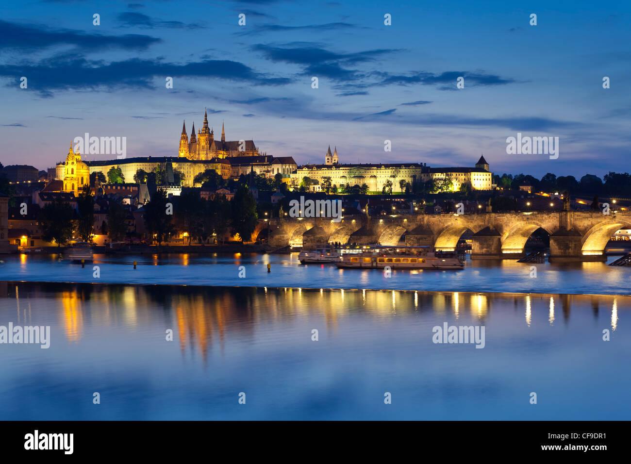 Cattedrale di San Vito e il fiume Moldava al crepuscolo, Praga, Repubblica Ceca Immagini Stock