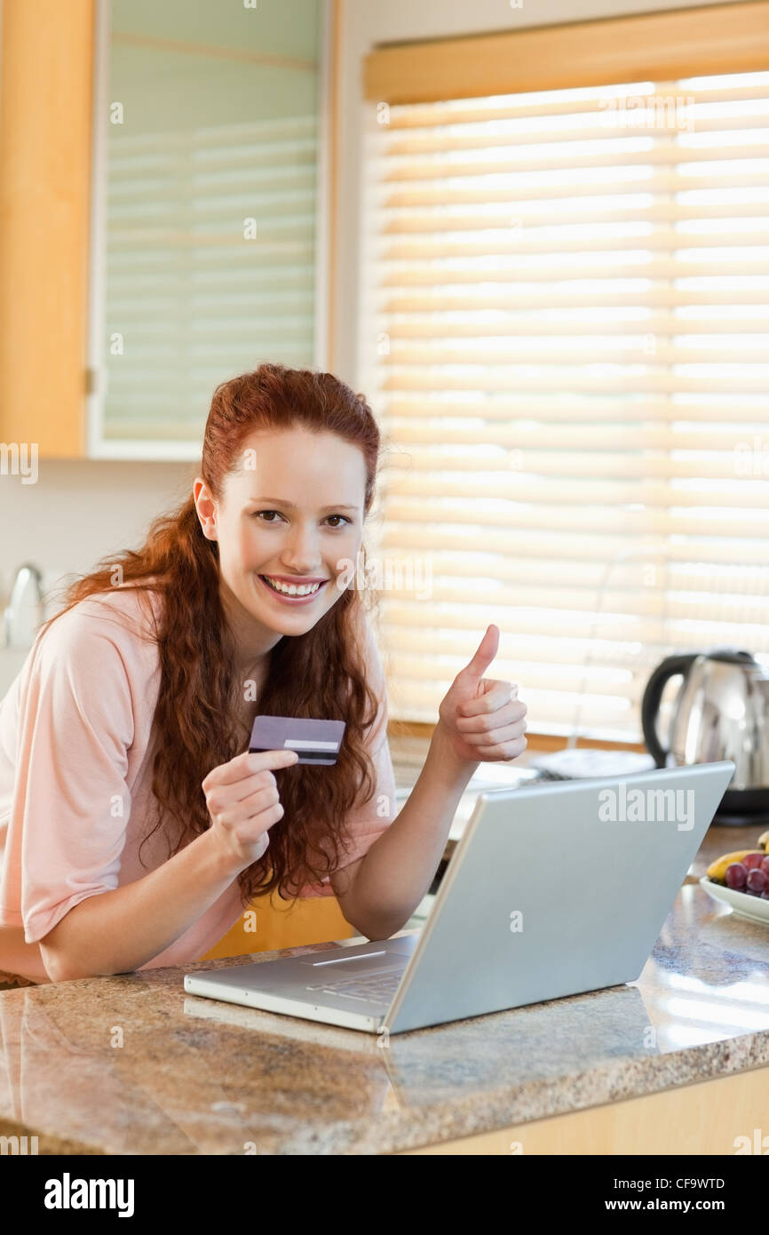 La donna appena trovato un offerta speciale online Immagini Stock