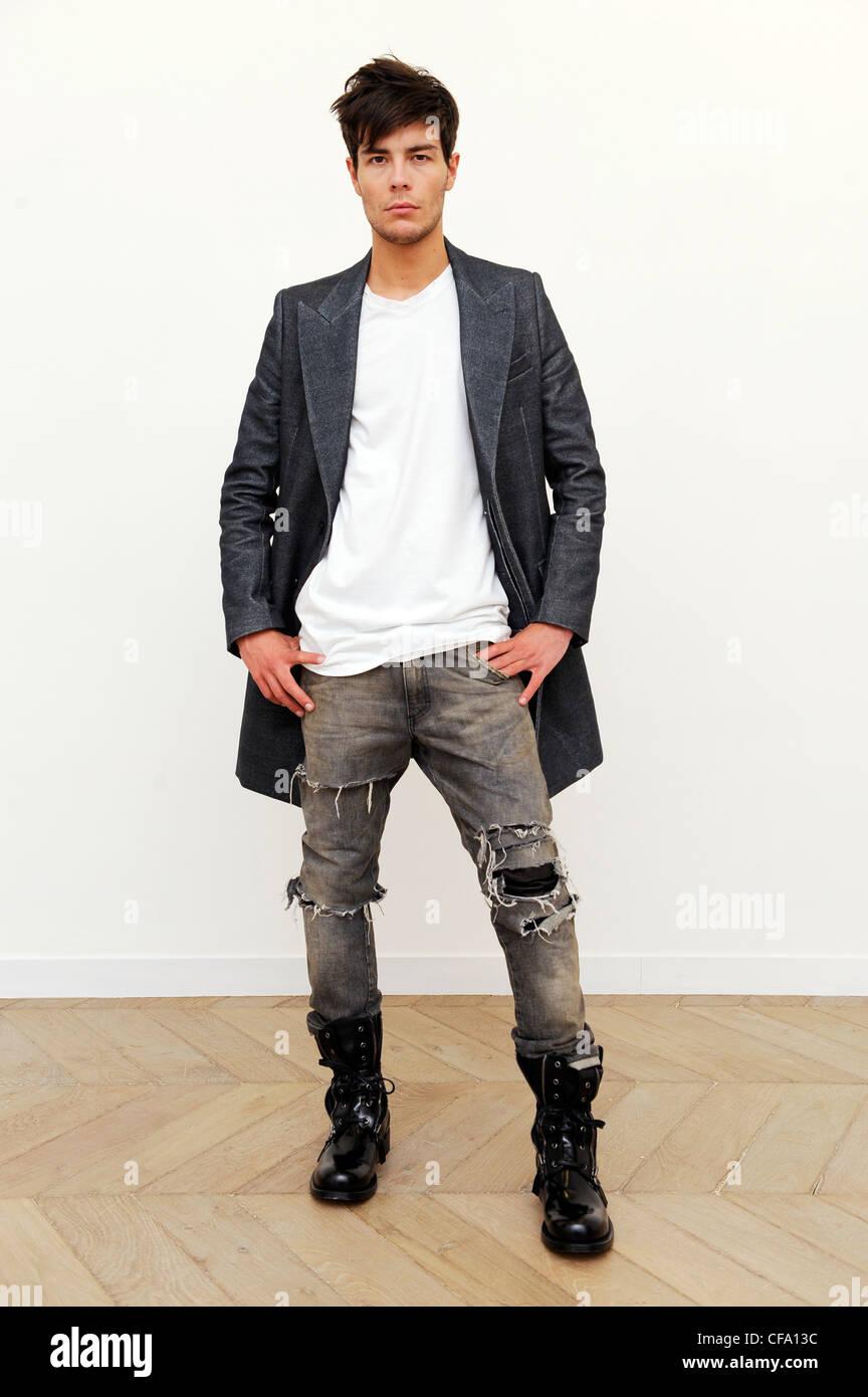 Balmain Paris pronto a indossare abbigliamento Uomo Autunno Inverno bianco  collo v t shirt 6983d9f186a