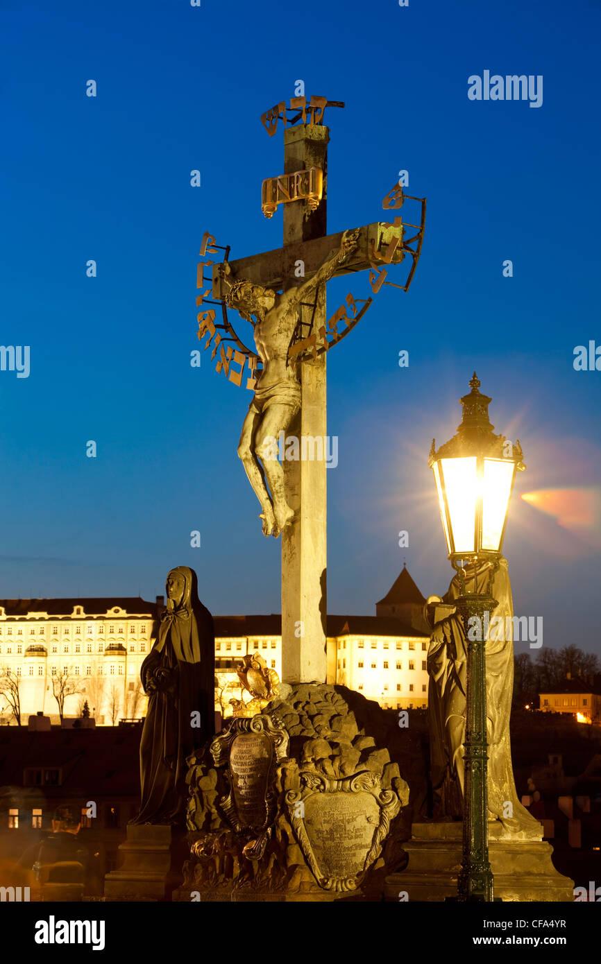 Praga - arte religiosa sul Ponte Carlo e il castello di Hradcany Immagini Stock