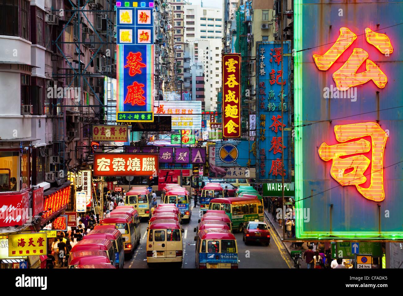 Scena di strada, Mini bus station e luci al neon di Mong Kok, Kowloon, Hong Kong, Cina Immagini Stock
