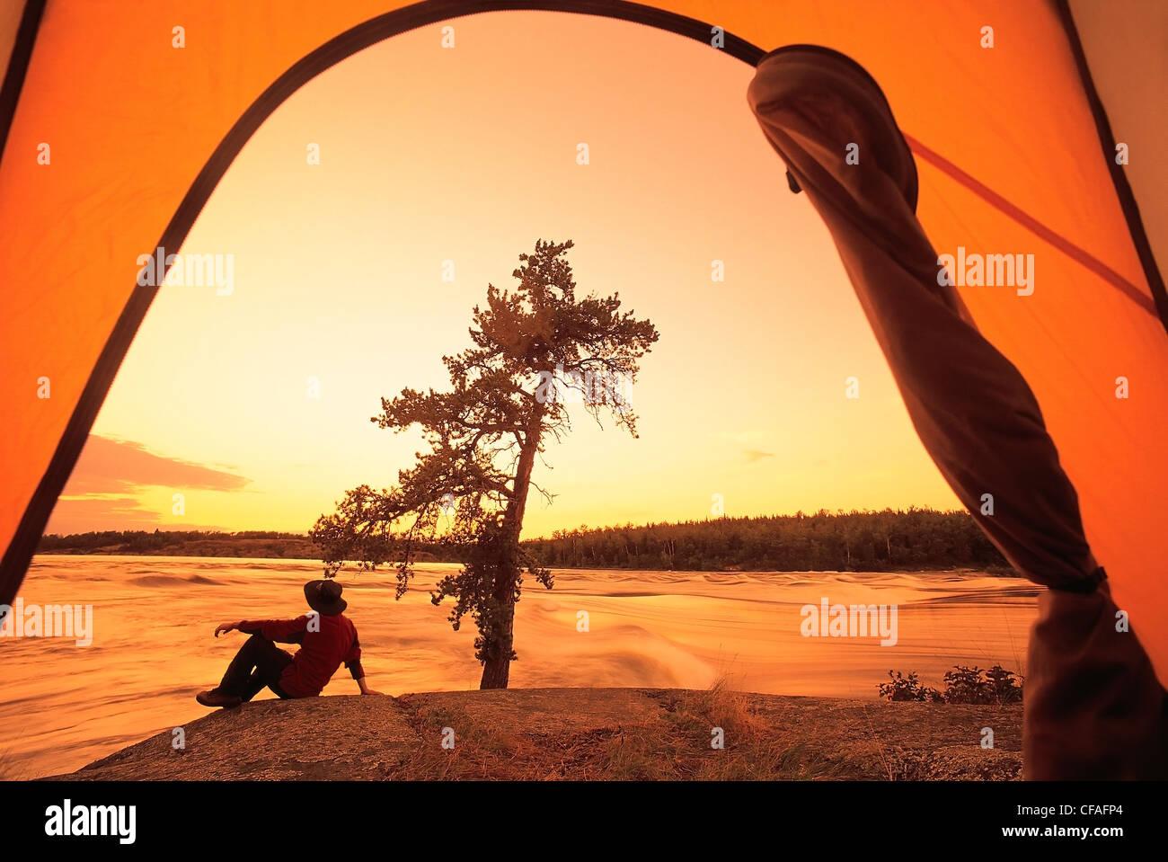 Camper su roccia, Storione caduta, Whiteshell Provincial Park, Manitoba, Canada. Immagini Stock