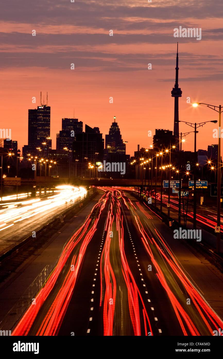 Lo skyline di Toronto e QEW Highway la mattina con il traffico, Toronto, Ontario, Canada. Immagini Stock