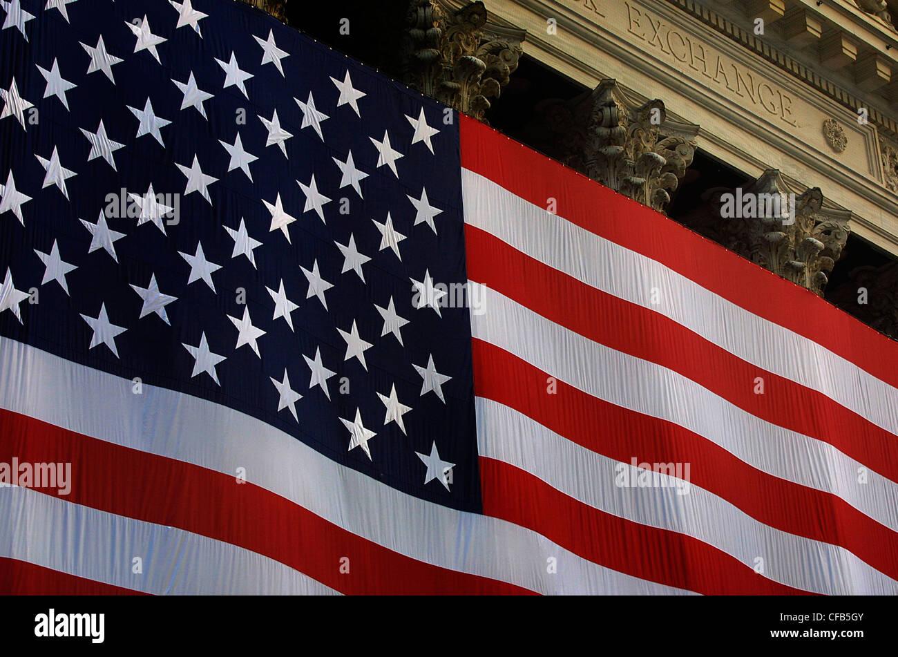 Enorme bandiera americana sul dalla Borsa di Wall Street ...
