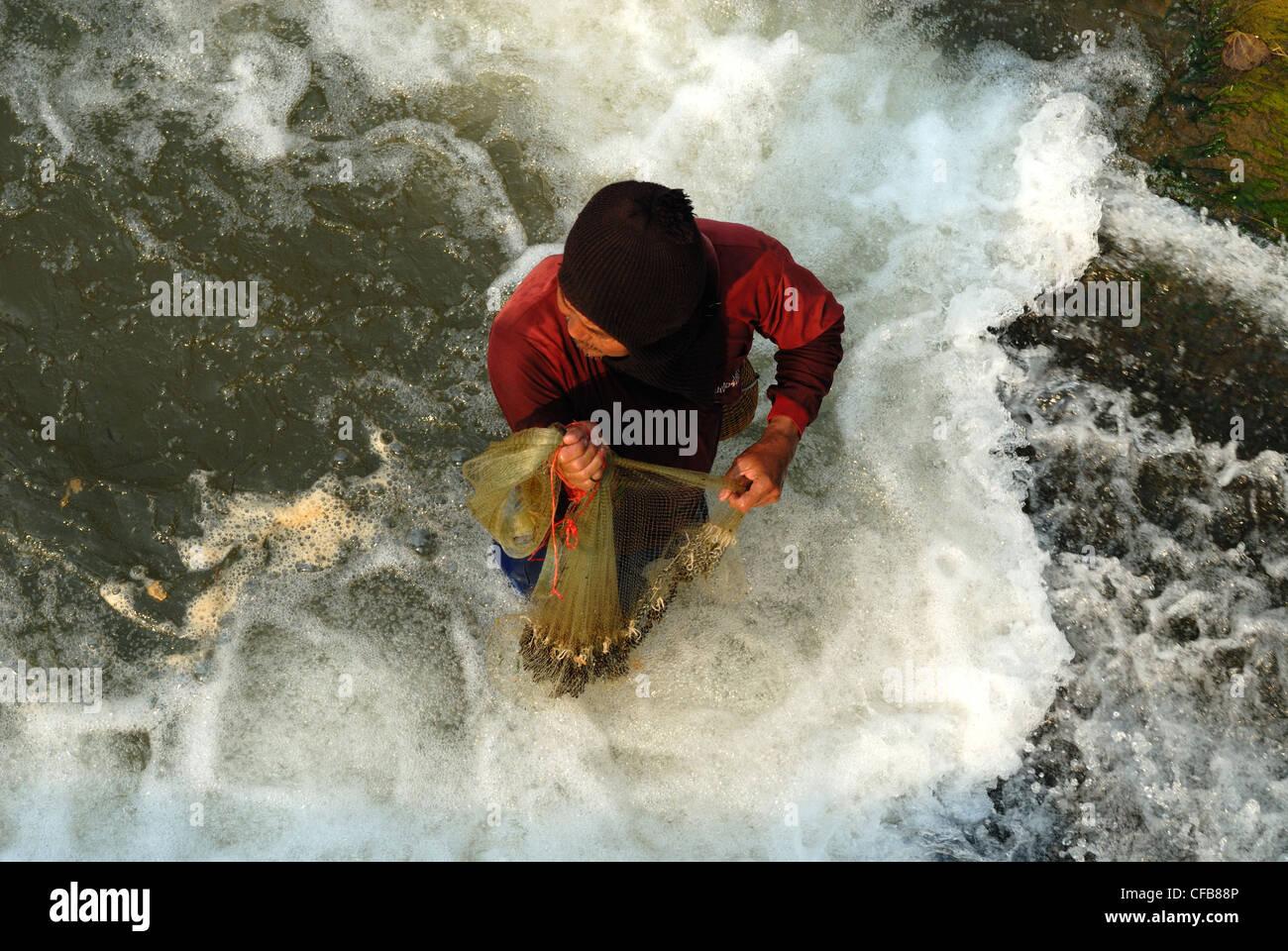 Pescatore solitario pesca luce beautifull preso dal ponte sopra.Chiang Mai nel nord della Thailandia giovedì Immagini Stock
