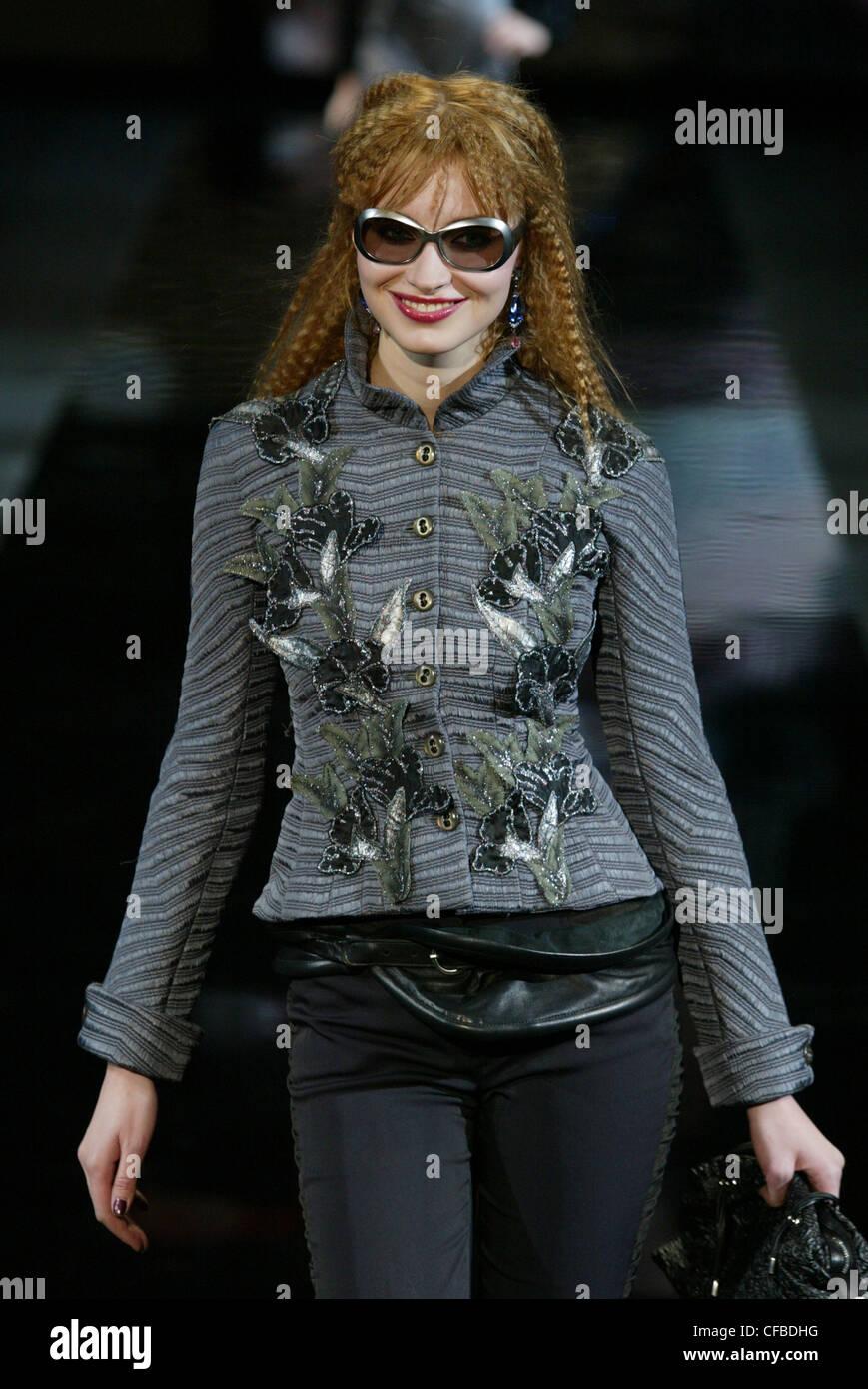 Emporio Armani Milano Autunno Inverno lungo modello aggraffati brunette  capelli viso off e2fb2b414d37