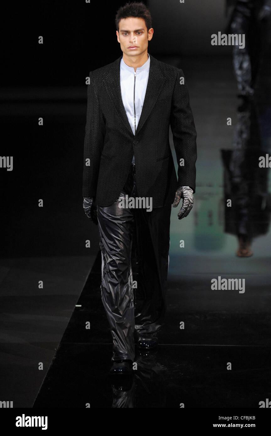 Milano Emporio Armani Menswear pronto a indossare il modello corto capelli  scuri che indossa la zip f58117c369ec