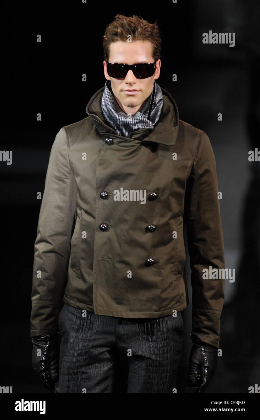 Milano Emporio Armani Menswear pronto a indossare il modello breve impulso  breve marrone capelli vestita di 80823c3d37ac