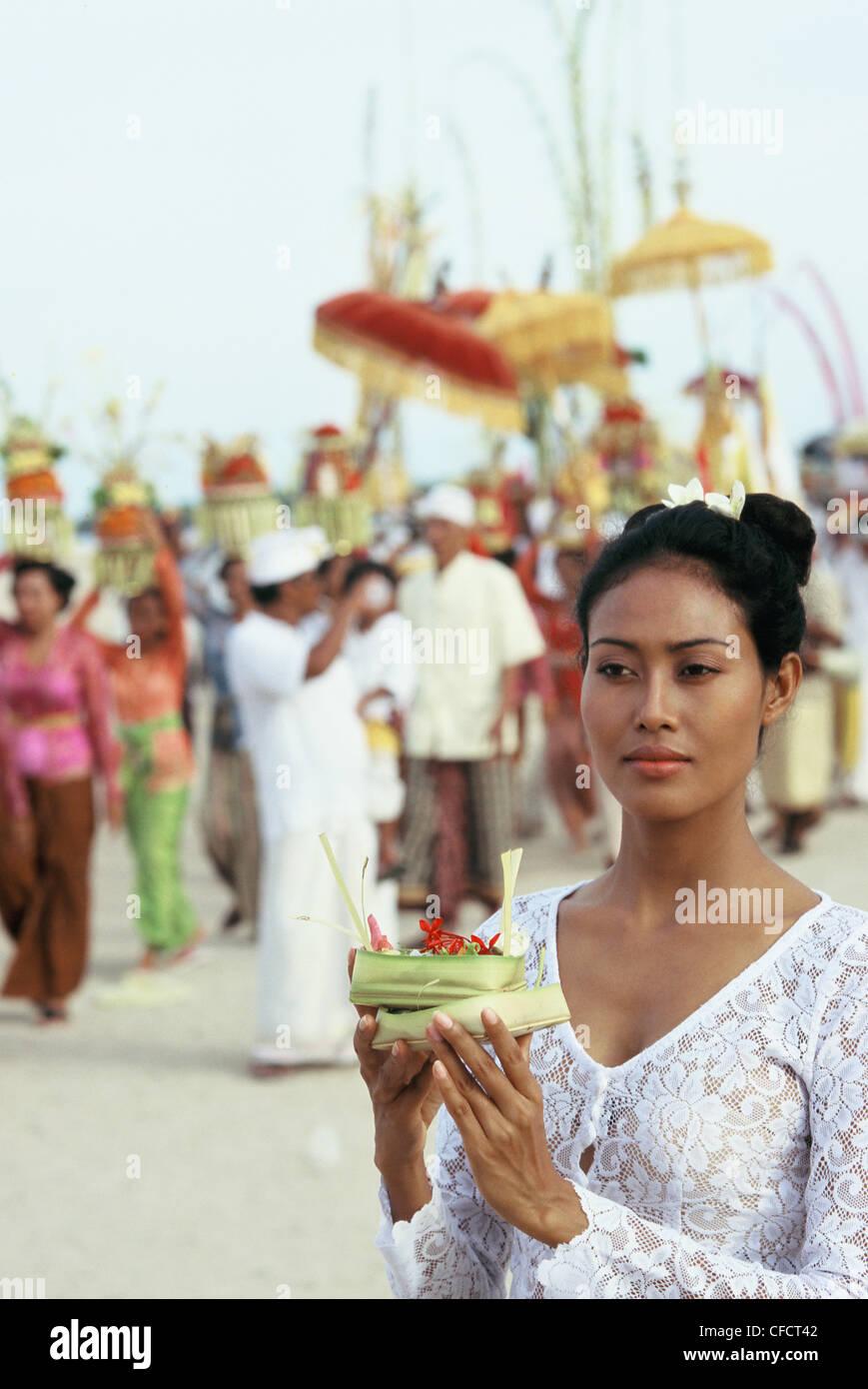 Giovane donna offerta di trasporto in occasione di una cerimonia che si terrà a Bali, Indonesia, Asia sud-orientale, Immagini Stock