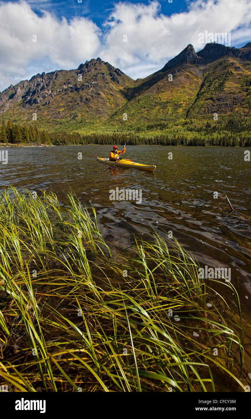 Kayak sul lago Annie, Yukon, Canada. Foto Stock