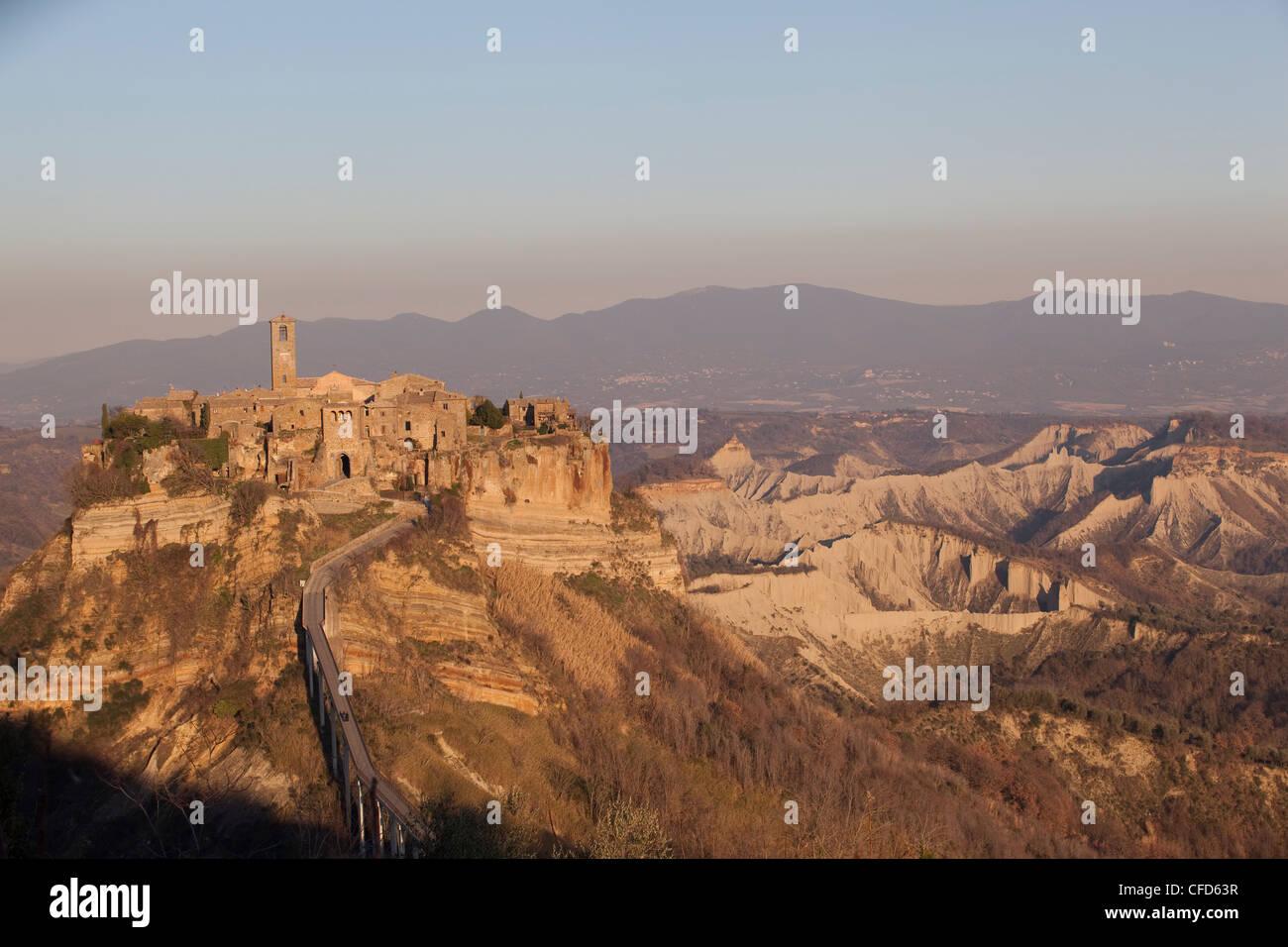 Civita di Bagnoreggio, conosciuta anche come la città di morire a causa della lenta corrosione del tufo, Italia, Immagini Stock