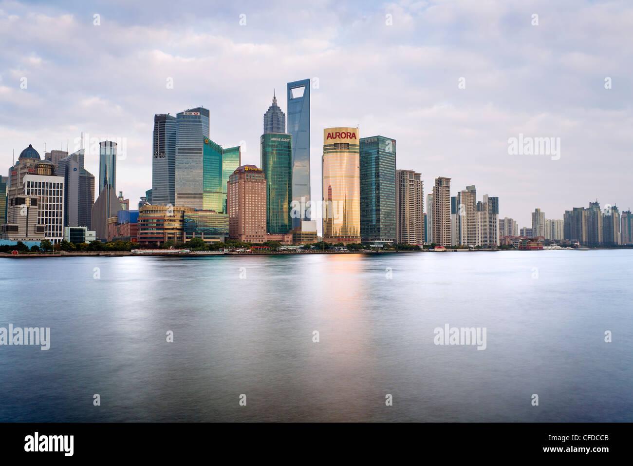 Nuovo skyline di Pudong, guardando attraverso il fiume Huangpu dal Bund, Shanghai, Cina e Asia Immagini Stock