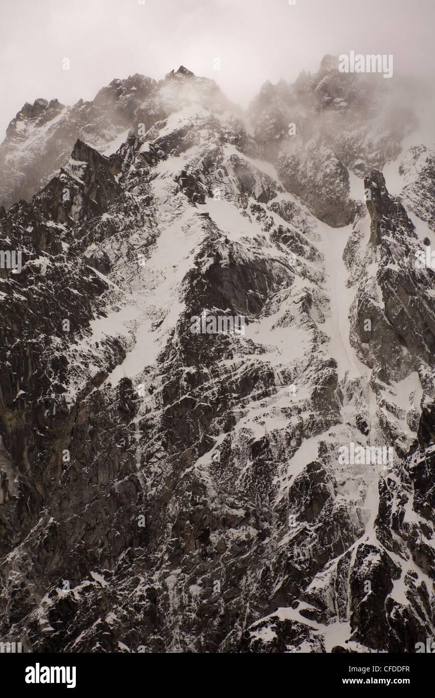 La robusta gamma di cascata sulle montagne Alpine Lakes Wilderness. Immagini Stock