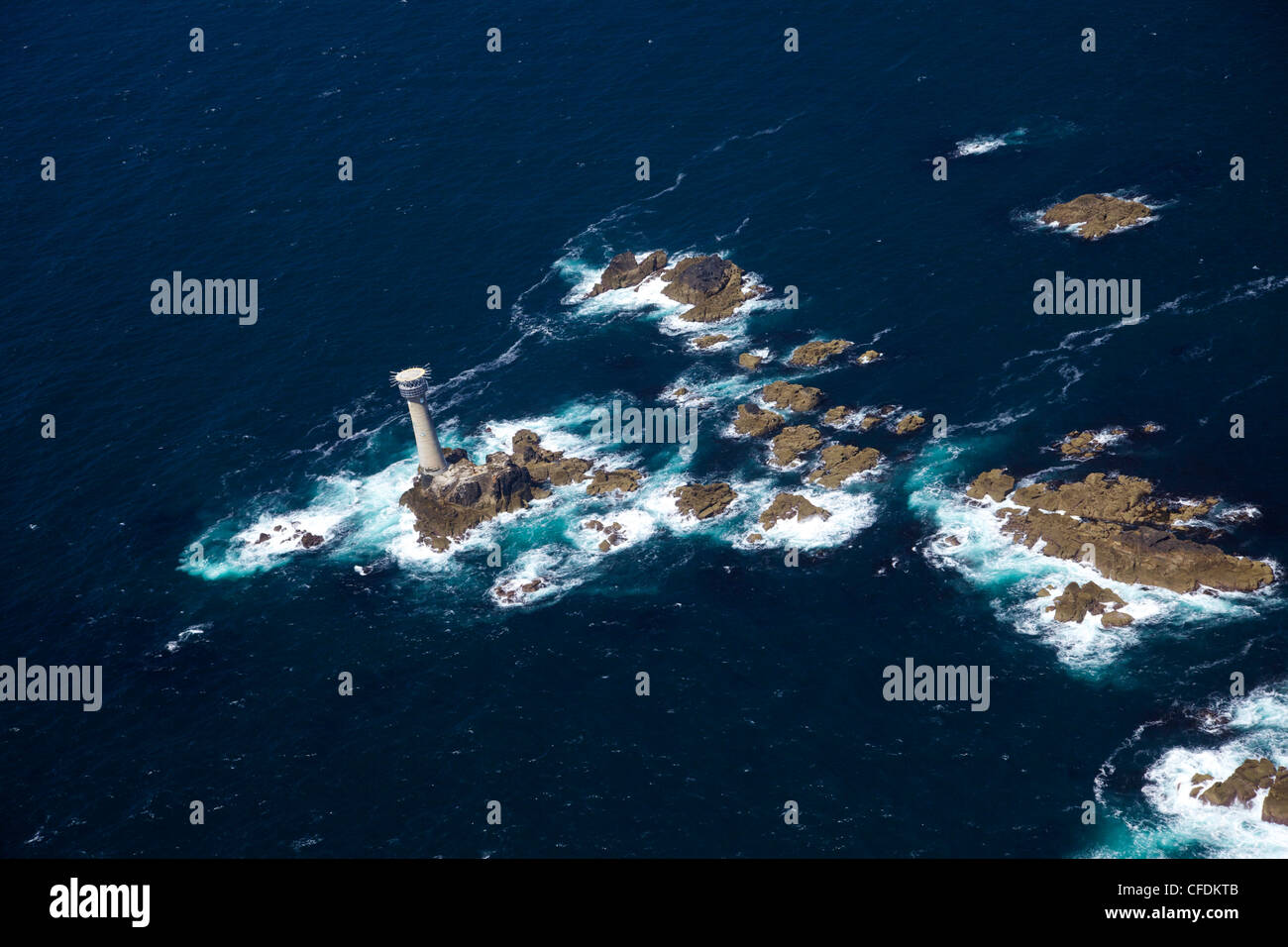 Foto aerea di Longships Lighthouse e Lands End Penisola, West Penwith, Cornwall, England, Regno Unito, Europa Immagini Stock