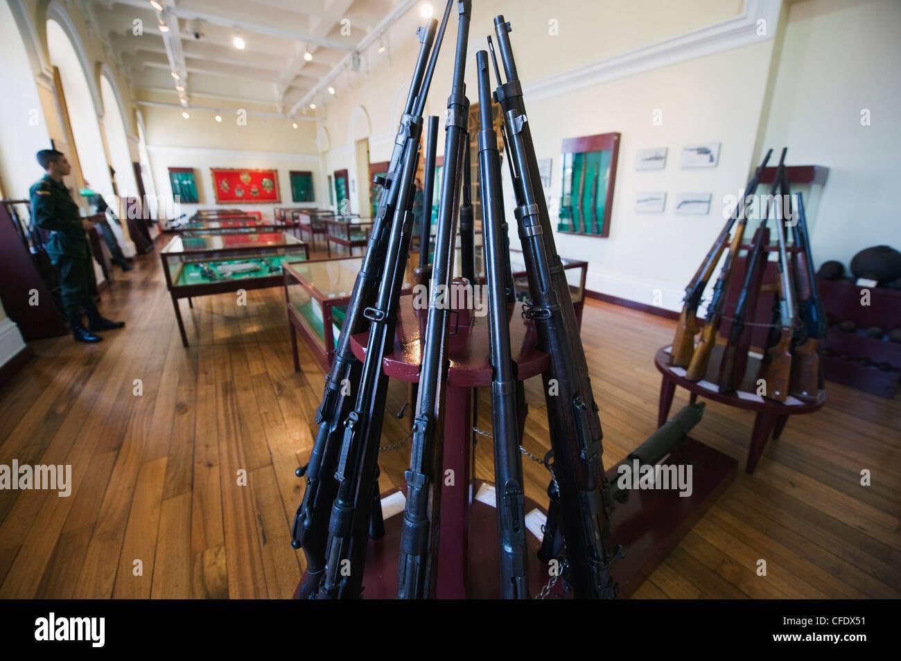 Display della pistola nel museo della Polizia, Bogotà, Colombia, Sud America Immagini Stock